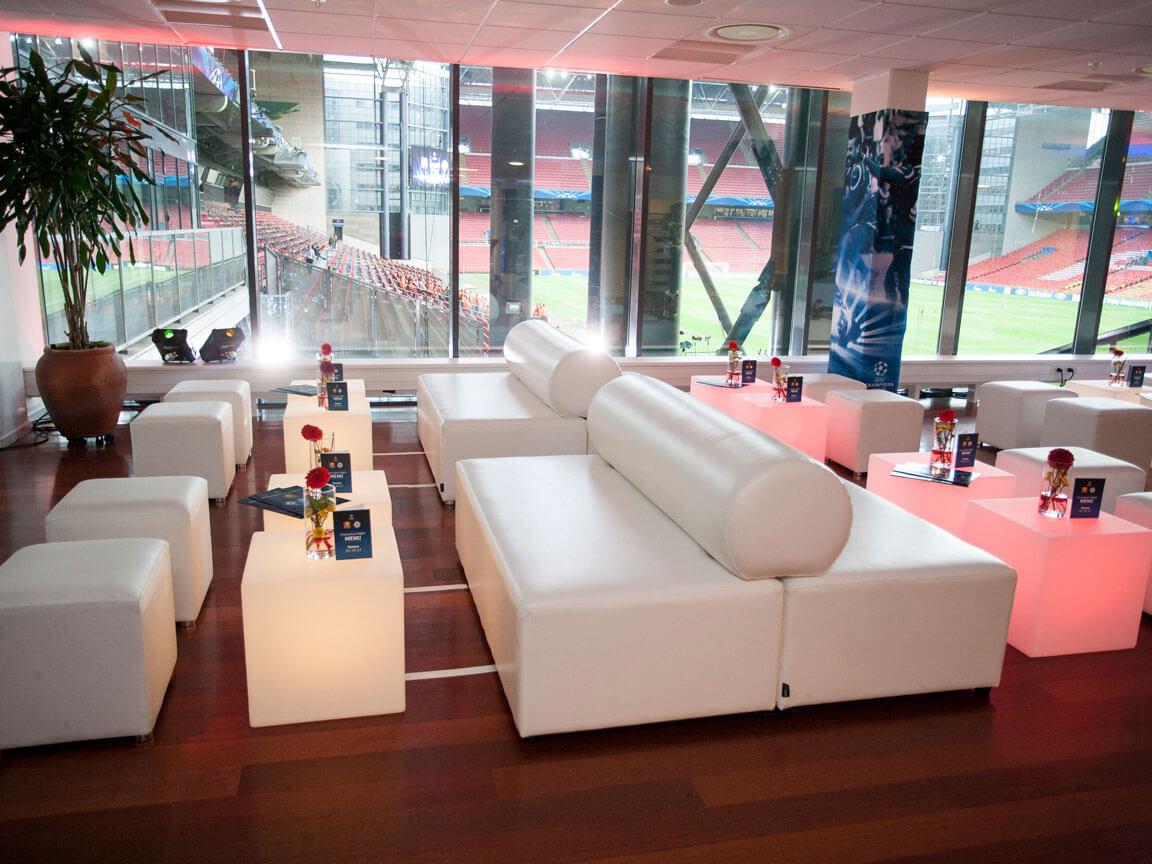 Udlejning / leje af hvid dobbeltlounger sofa i læderlook.