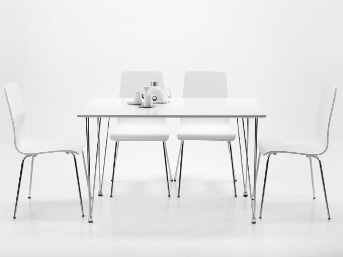 Udlejning / leje. Opstilling med mødebord med hvid bordplade og klassisk skalstol.