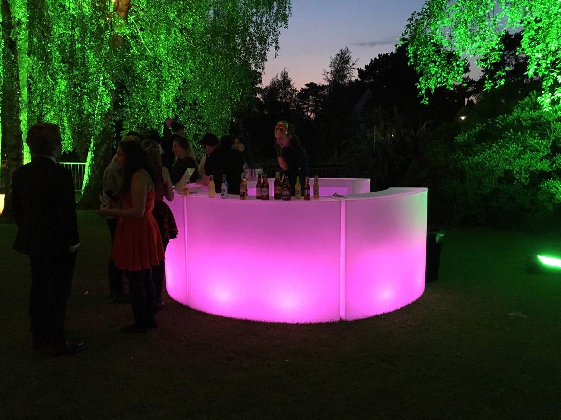 Udlejning / leje af bar med lys. Her opstilling af Break Bar - 5 moduler med indbygget LED-lys.