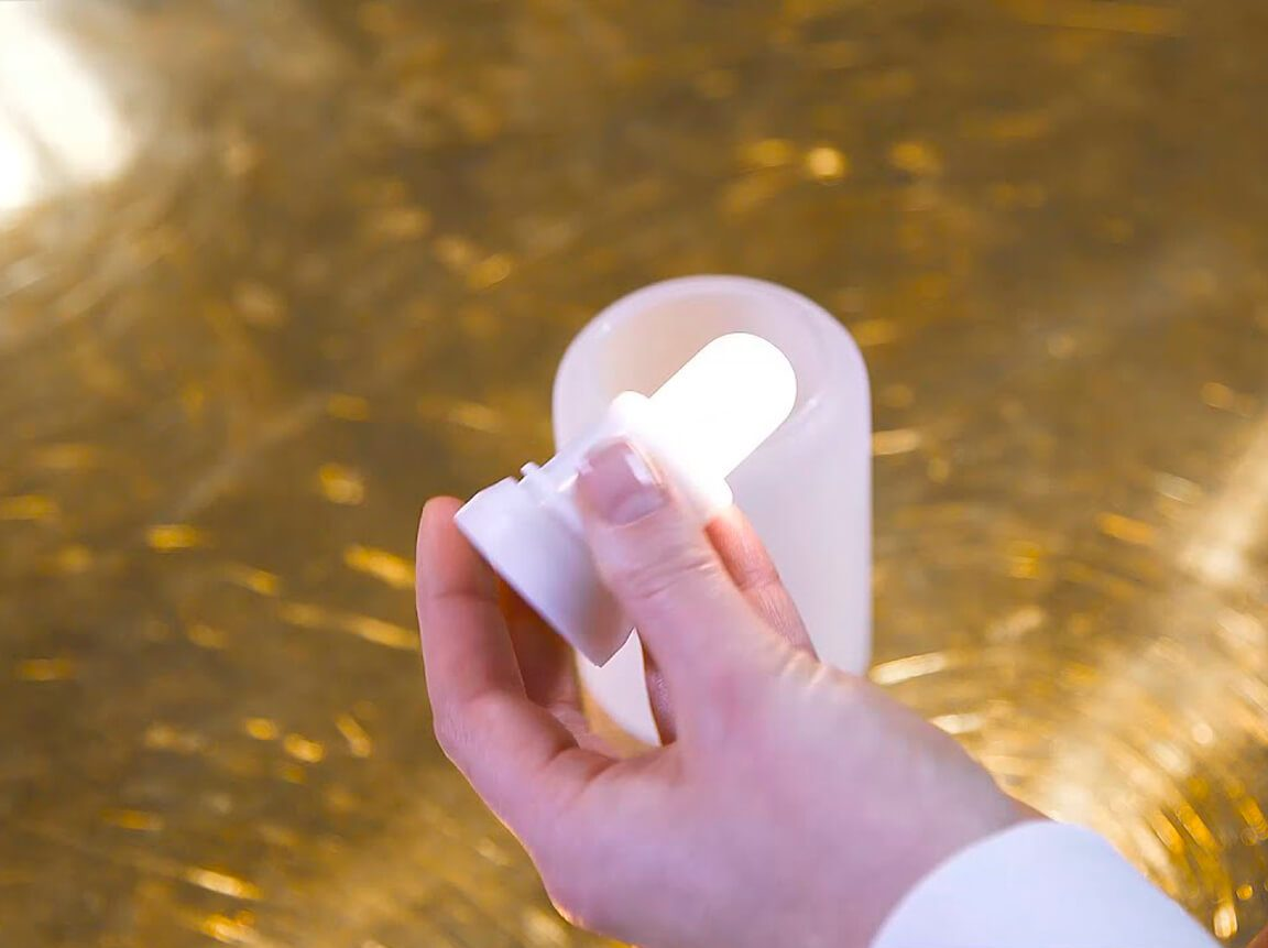 Udlejning / leje af LED-lys til vaser og lanterner. Super flotte LED-lys fra Duni - i praktisk ladestation. Varm hvid. Lejepris pr. dag kr. 120,- for 12. stk.