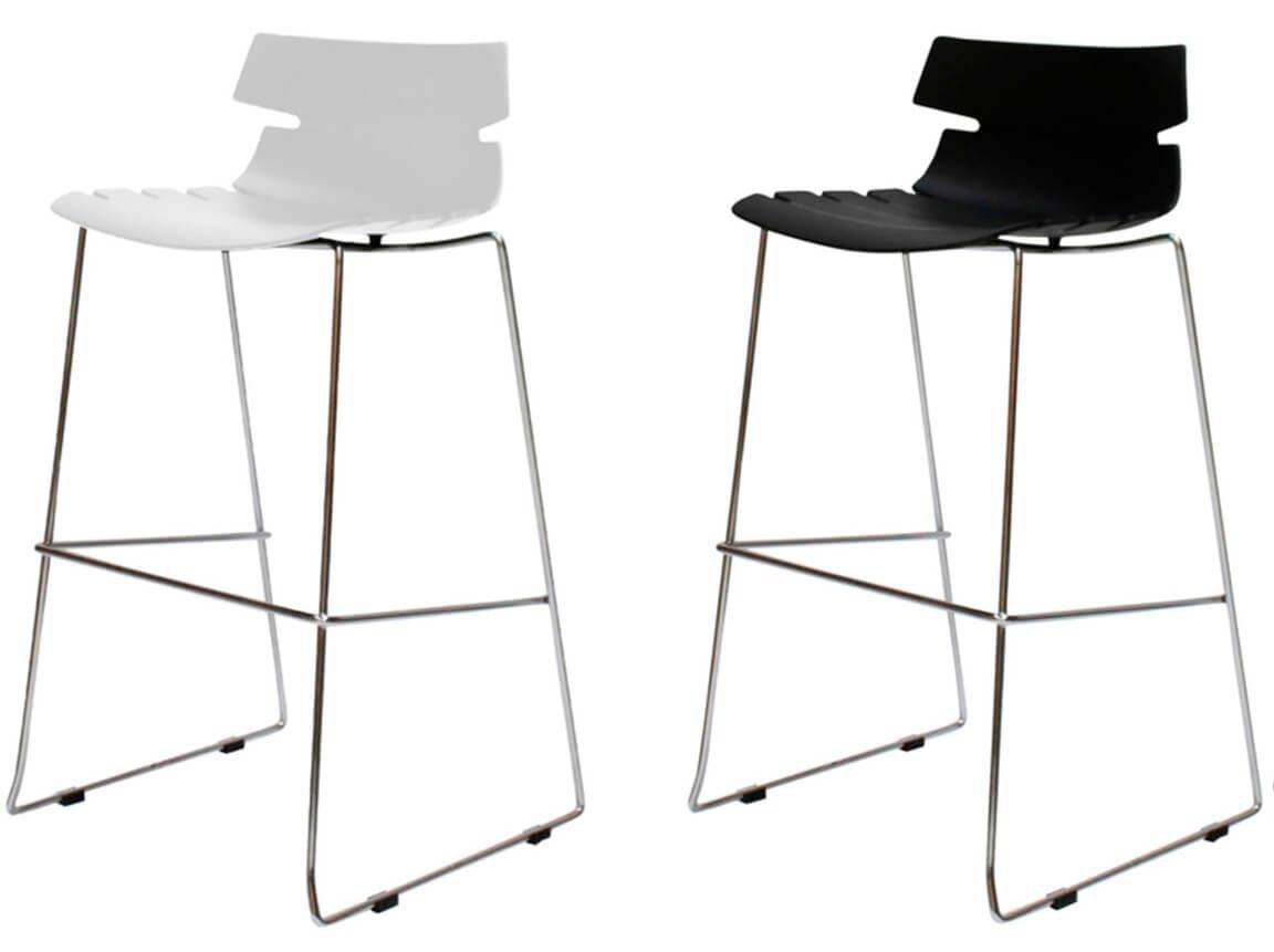 Udlejning / leje af høj barstol i elegant og let design. Fås o hvid og sort. Lejepris pr. dag kr. 175,-