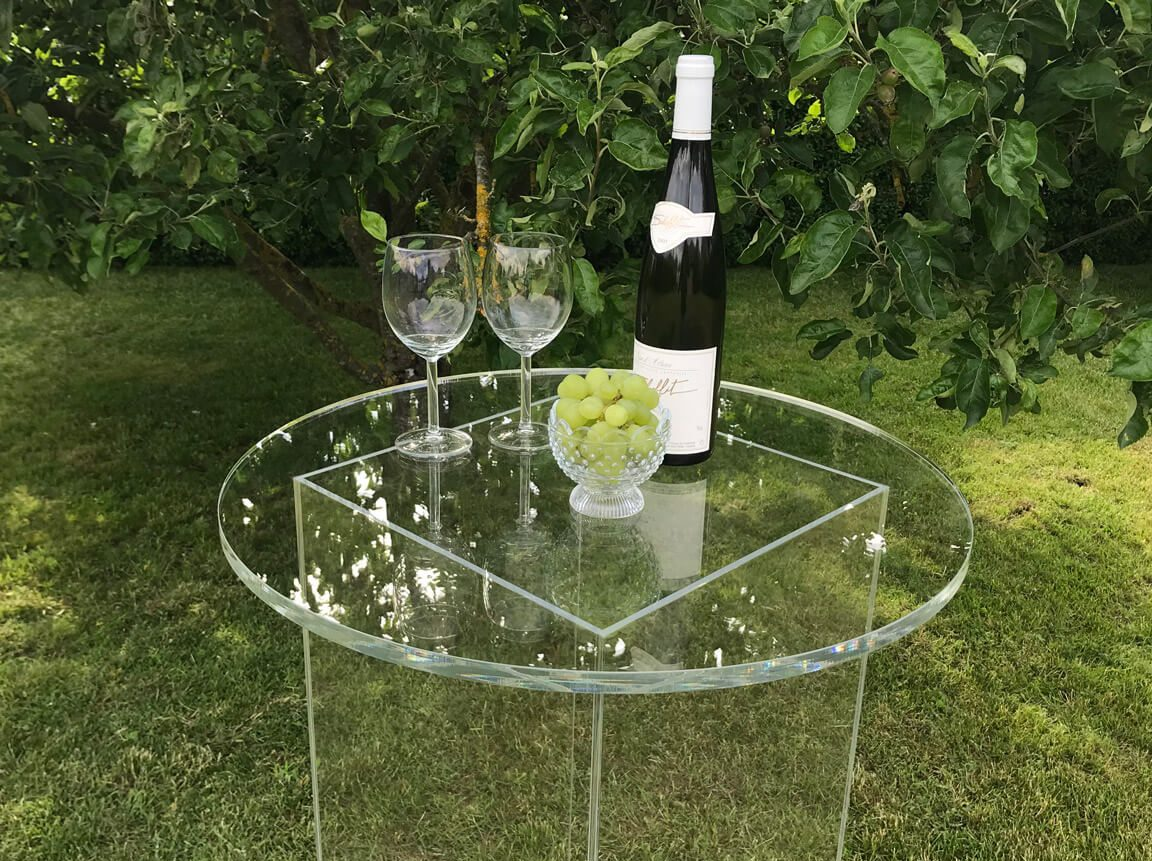 Udlejning / leje af acryl cafébord. Super elegant cafébord helt i acryl. Anvendes som ståbord til festen - eller som produkt stand på messen. Lejepris pr. dag kr. 350,-