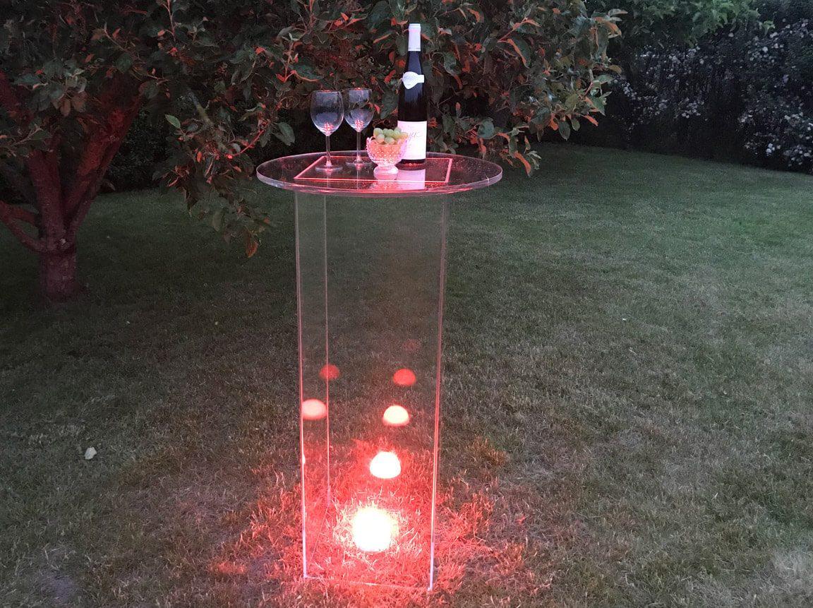Udlejning / leje af acryl ståbord / cafébord. Super elegant bord helt i acryl. Anvendes som ståbord til festen - eller som produkt stand på messen. Lejepris pr. dag kr. 350,-